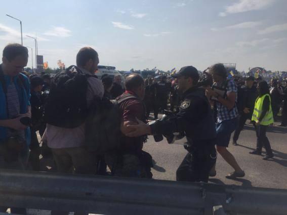 Милиция ожидает Саакашвили: Пункт пропуска Краковец восаде