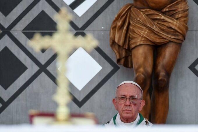 """""""Отримав по обличчю"""": Папа Римський вийшов на проповідь із синцем"""