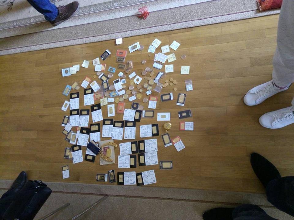 Золото, долари і зброя: ГПУ провела обшук в екс-чиновника часів Януковича