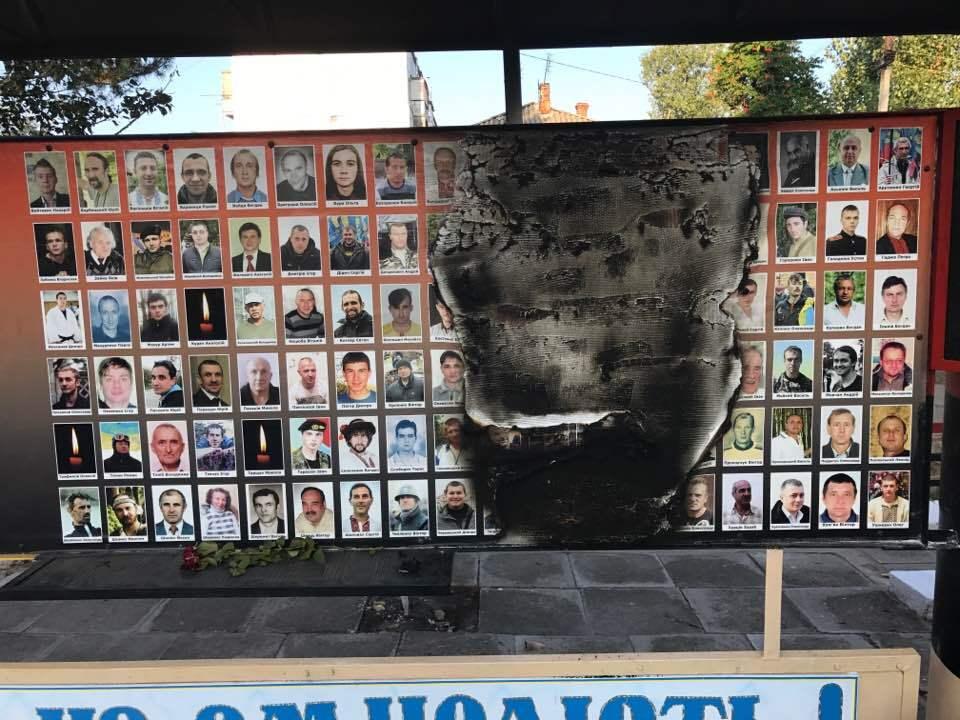 ВОдесской области подожгли мемориал военным игероям Небесной Сотни