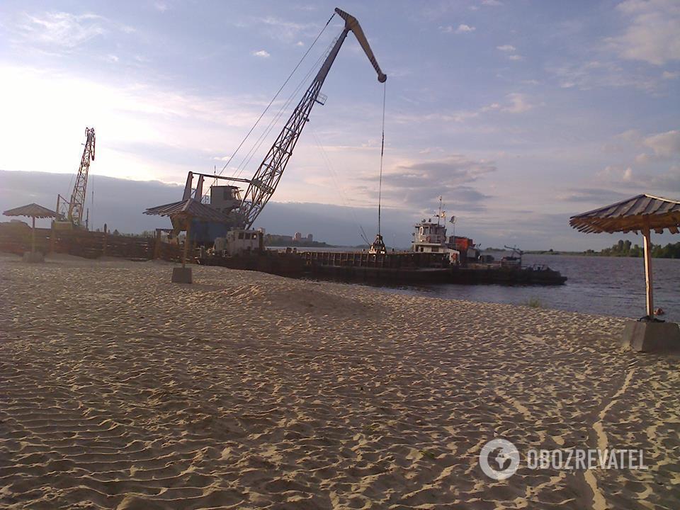 """Под Киевом """"песчаная мафия"""" нагло оккупировала пляж на Днепре"""