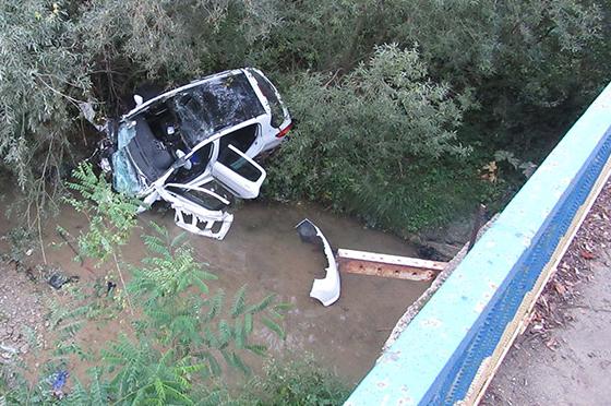 Автомобиль слетел в реку