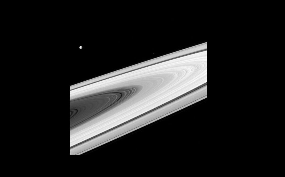 Місяці і кільця Сатурна настільки яскраві, що Cassini доводиться фотографувати їх з експозицією приблизно в 10 мс