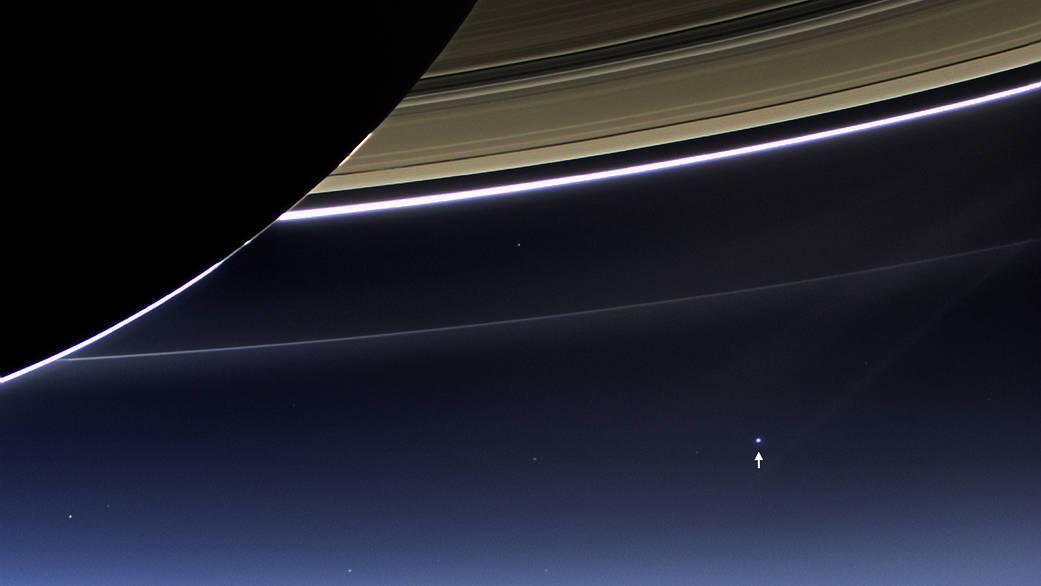 Точка над стрілкою - це Земля з орбіти Сатурна