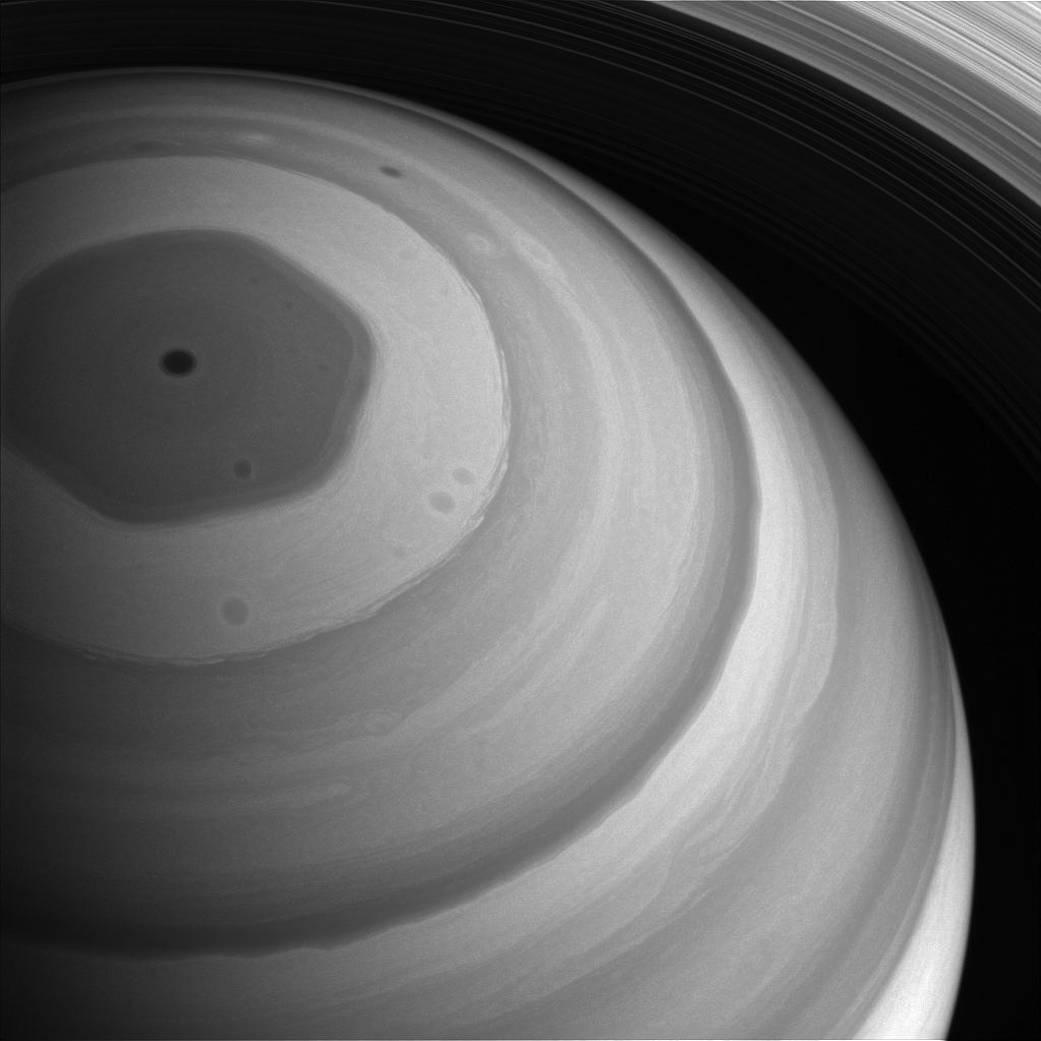 Північний полюс Сатурна - це величезний гексагональний шторм