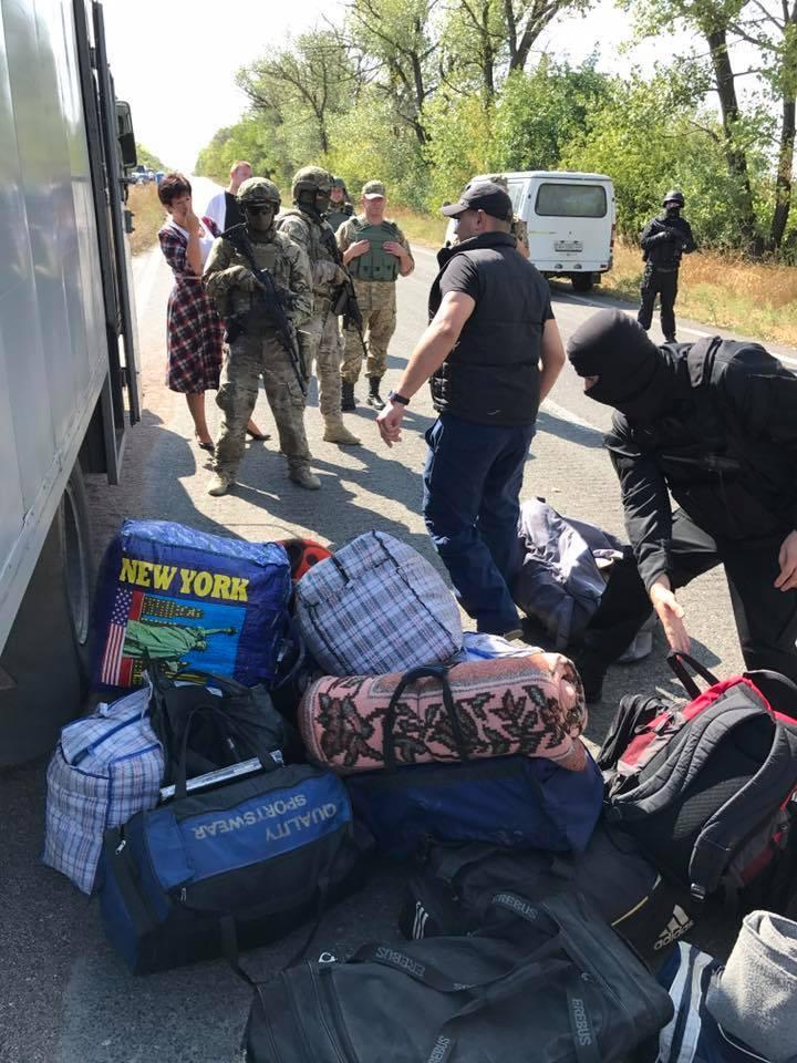 """""""Після тривалої перерви"""": терористи """"ДНР"""" передали Києву затриманих"""