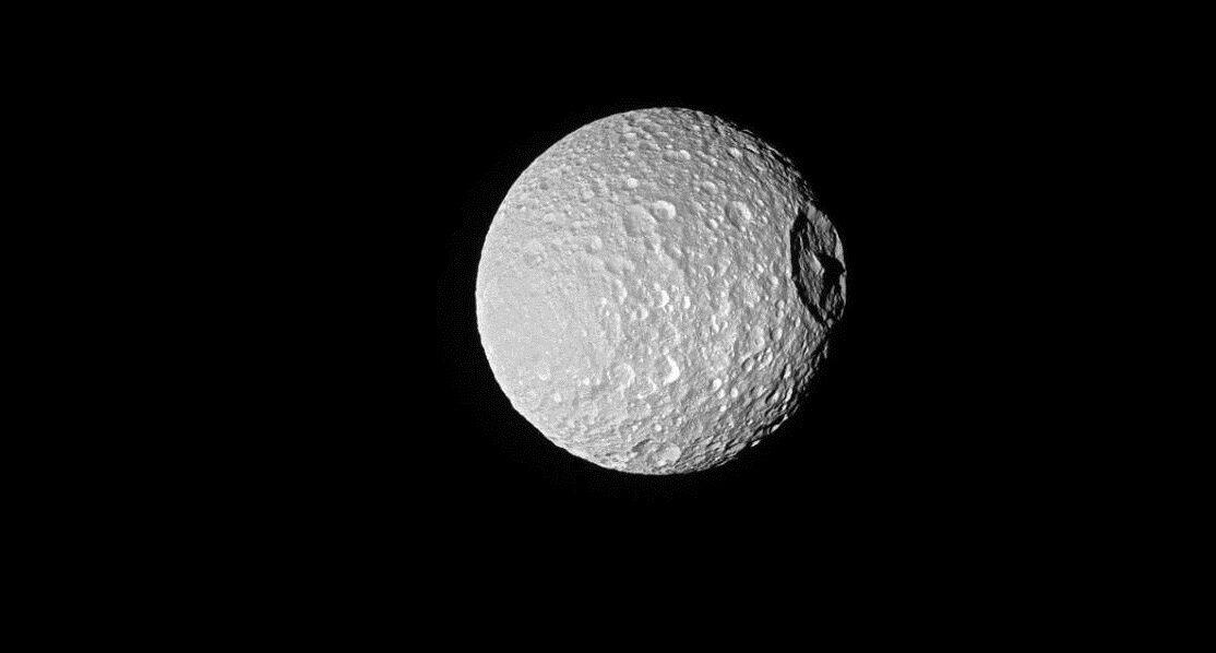 Невеликий місяць Мимас і справді схожий на Зірку Смерті. Вм'ятина на фото - це кратер Хершель шириною у 138 км