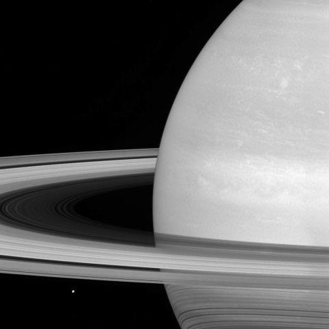 Мимас на тлі кілець самого Сатурна