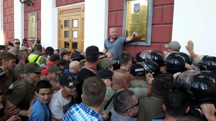 Активісти і батьки дітей штурмують Одеську мерію,— ФОТО, ВІДЕО