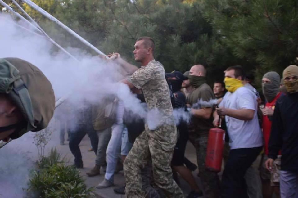 Вибухові пакети, тротуарна плитка і сльозогінний газ: у поліції розкрили деталі сутичок в Одесі