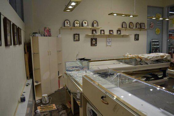 """Поки охорона спала: в Миколаєві грабіжники винесли з """"ювелірки"""" сейфи з золотом"""