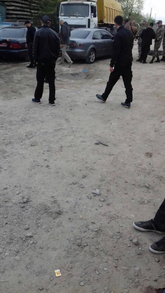 """У Києві """"Майдан"""" спробував розблокувати найбільшу нелегальну точку видобутку піску"""