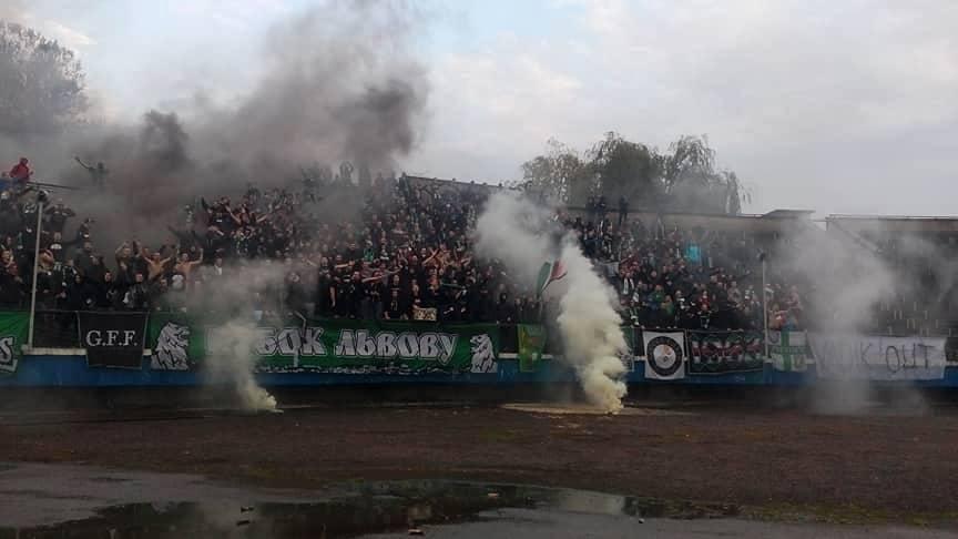 Львовские фанаты едва несорвали матч Кубка Украины: размещено видео беспорядков
