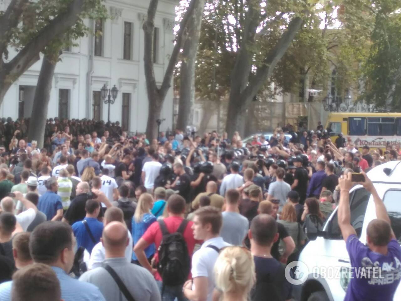 В Одессе под мэрией произошли столкновения активистов с полицией: много пострадавших
