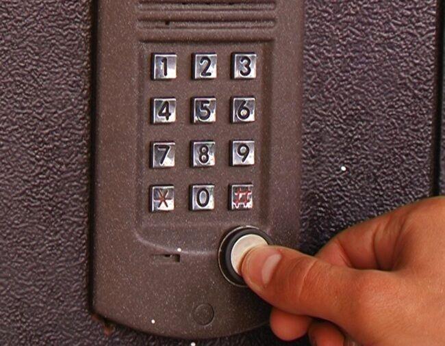 Полиция в домофон не звонит: даны три совета, как не стать жертвой слежки