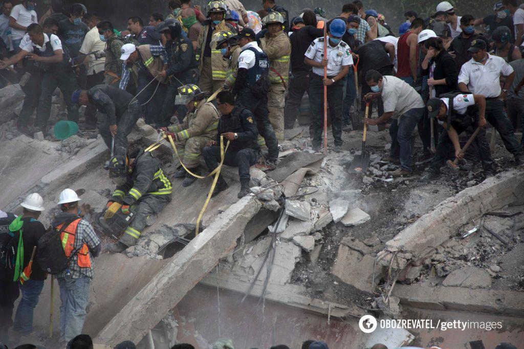 Неменее 200 погибших— Землетрясение вМексике