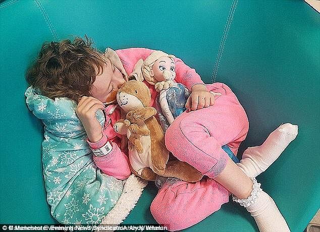 Тато добу обіймав змучене раком тіло померлої дочки: зворушливі фото
