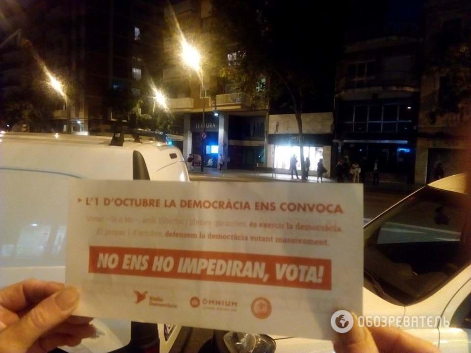 В Барселоне раздают листовки с призывом голосовать на референдуме