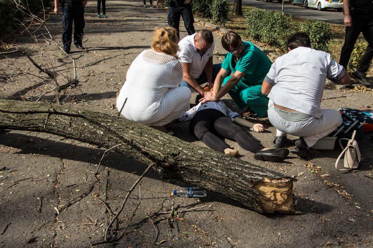 Пробита легеня і зламаний хребет: у Дніпрі дерево вбило вагітну дівчину