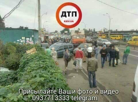 Розгромлені шість машин і кіоск: у Києві сталася жорстка ДТП