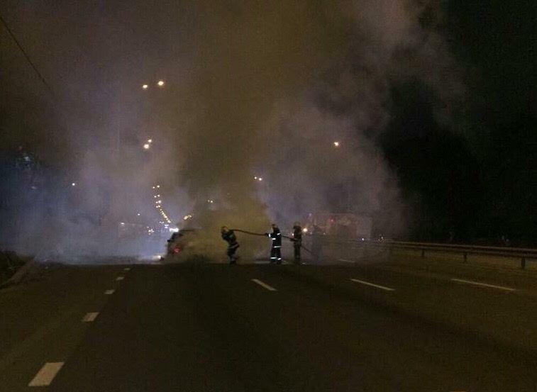 Рятувальники гасять пожежу в BMW