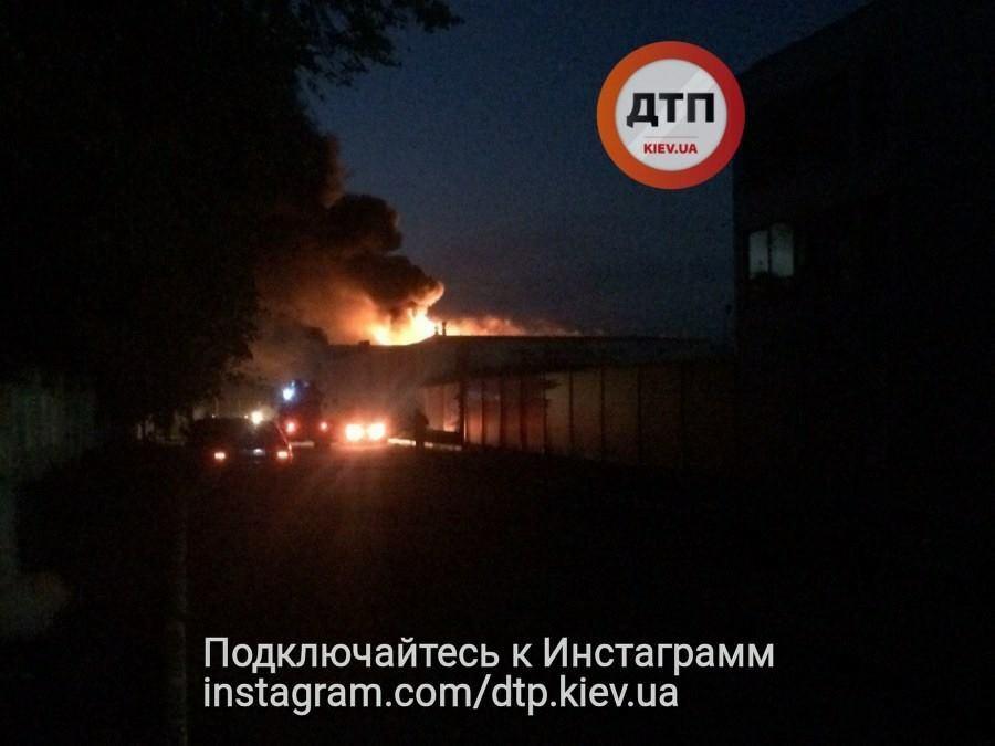 Людей просили закрити вікна: під Києвом горів завод