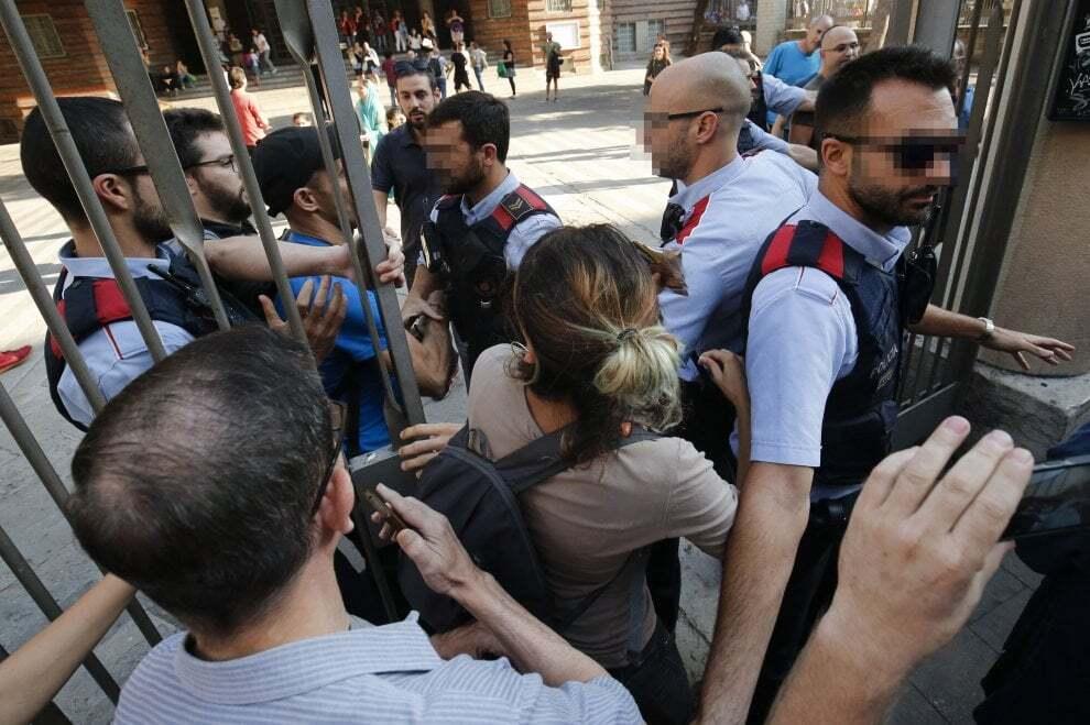 Іспанська поліція закрила більшість дільниць для референдуму вКаталонії