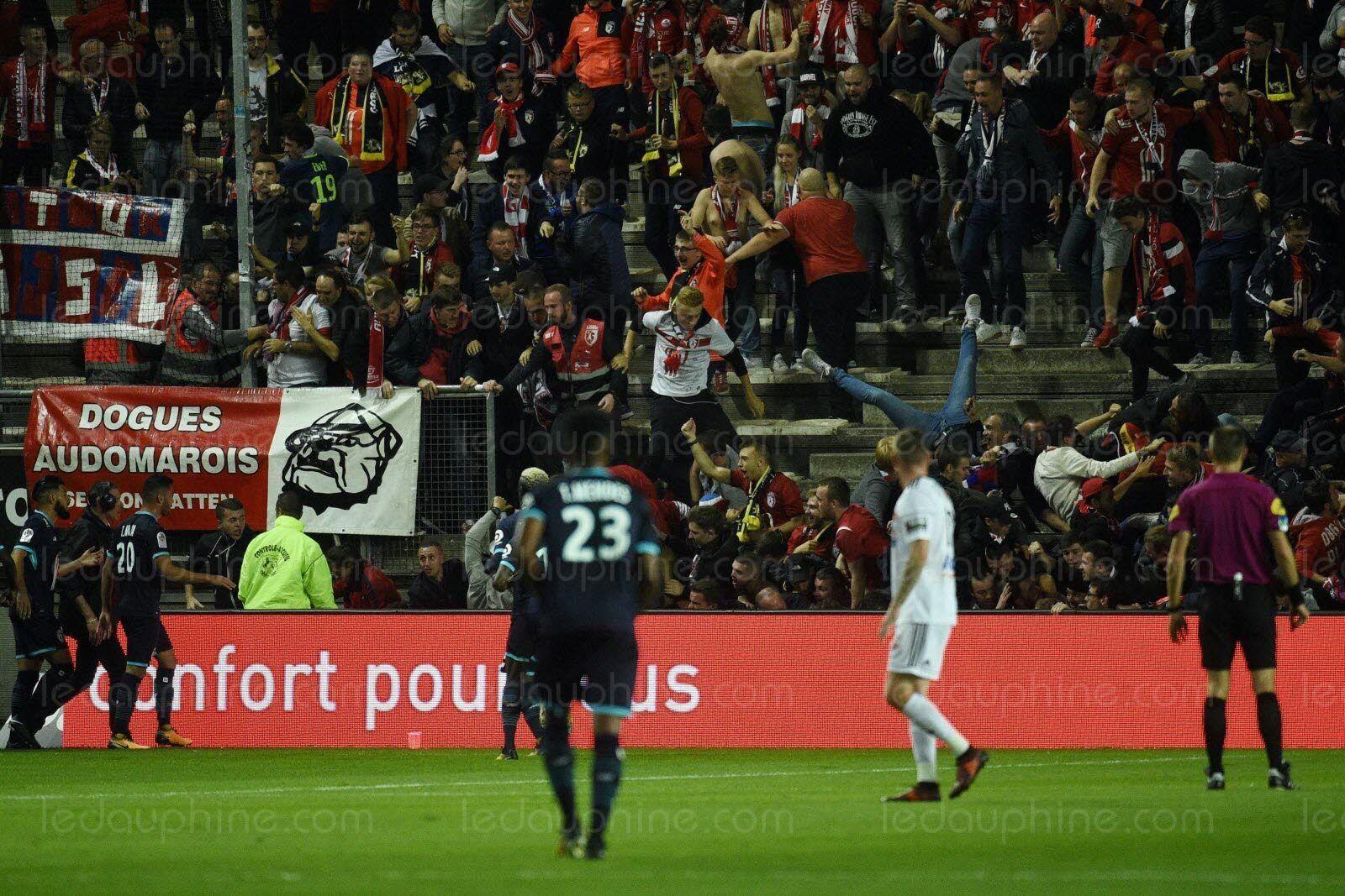 Во Франции во время футбола рухнула трибуна: есть пострадавшие