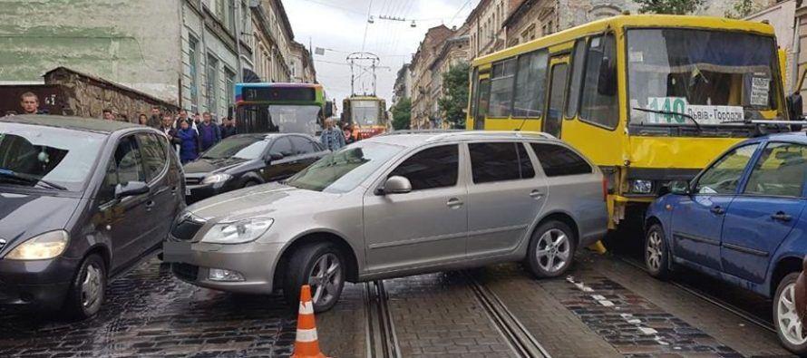 Без тормозов: львовская маршрутка на своем пути сгребла в кучу несколько машин