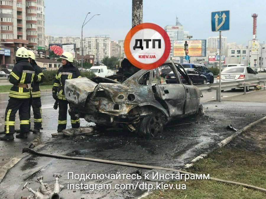 Вогняна ДТП: у Києві вибухнуло і згоріло авто