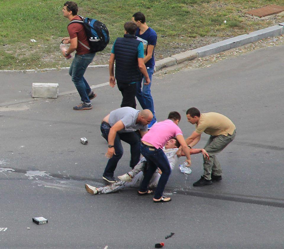 Выпрыгнул из взорвавшегося авто: в сети показали уникальные кадры спасения водителя в Киеве