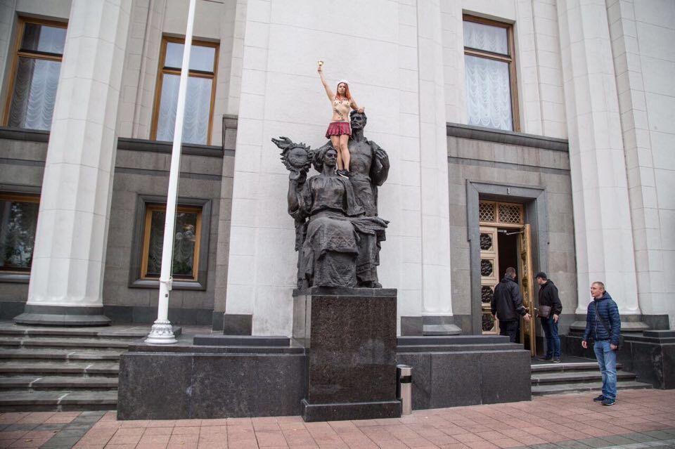Грудью наВерховную Раду: Femen провели эпатажную акцию около здания парламента