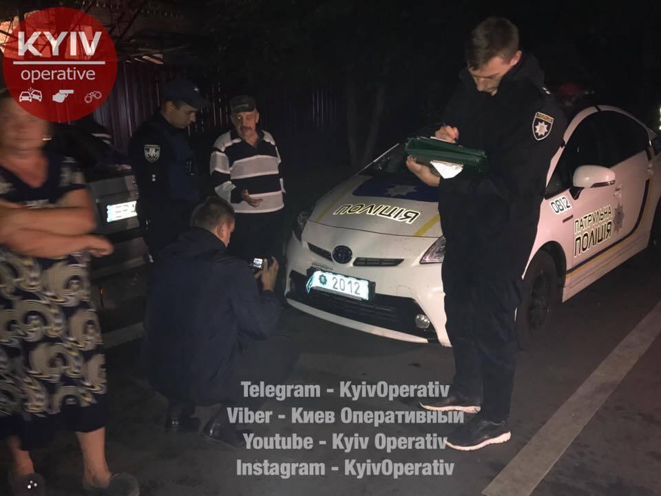 У Києві п'яна компанія побила поліцейських і розгромила їхній автомобіль