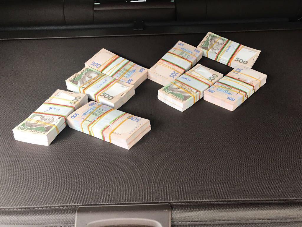 Спіймали на гарячому: у Чернівцях чиновник податкової вимагав мільйон гривень хабара