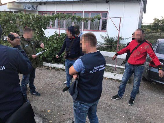 Полиция накрыла таможенников, пропустивших в Украину сотни авто на еврономерах