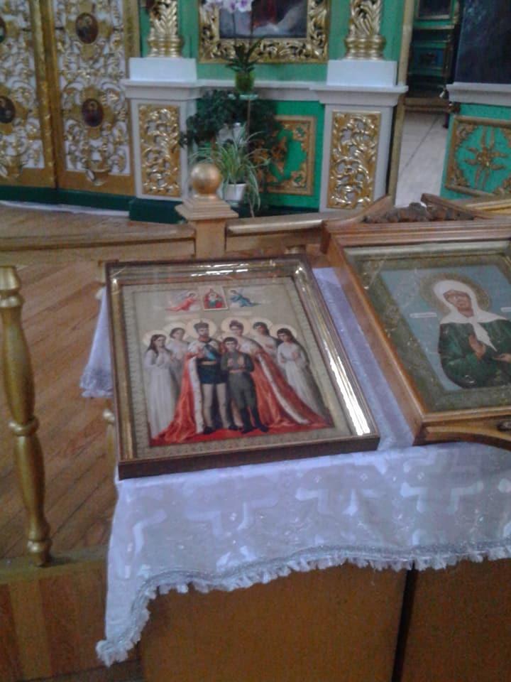 Забаррикадировались с царем: в сети показали иконы храма УПЦ МП, возмутившие людей