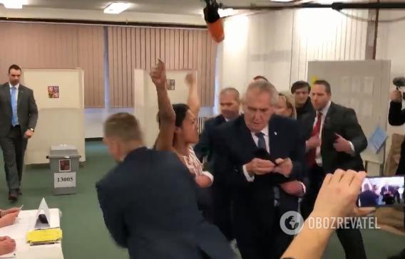 """В Чехии голая активистка Femen """"атаковала"""" друга Путина: в сеть попало видео"""