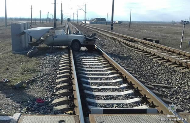Родились в рубашке: полиция рассказала подробности ДТП с поездом в Запорожской области (ФОТО)