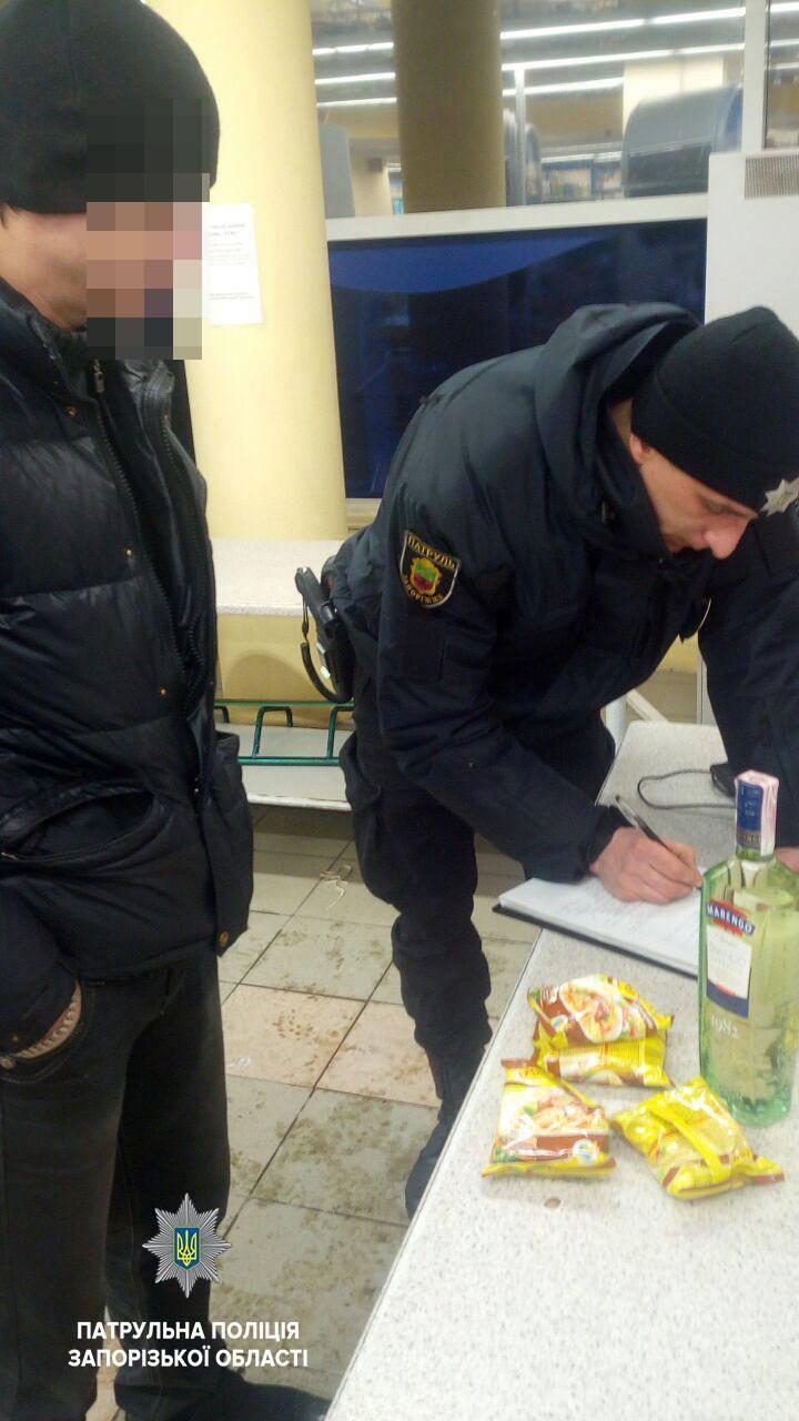 В Запорожье копы занялась сетевыми супермаркетами, которые ночью продают алкоголь (ФОТО)