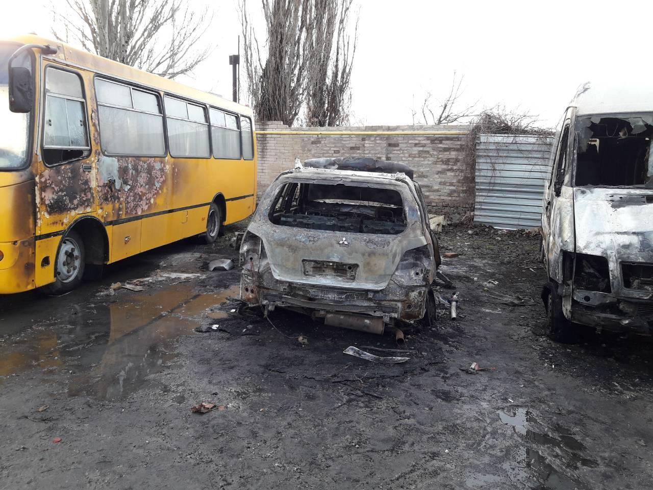 В Запорожской области ночью горели 2 автобуса и 2 внедорожника (ФОТО)