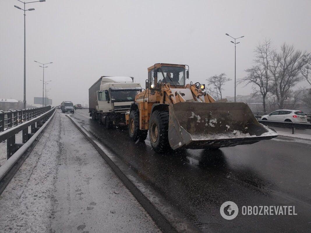 В Киеве на эстакаде перевернулась фура