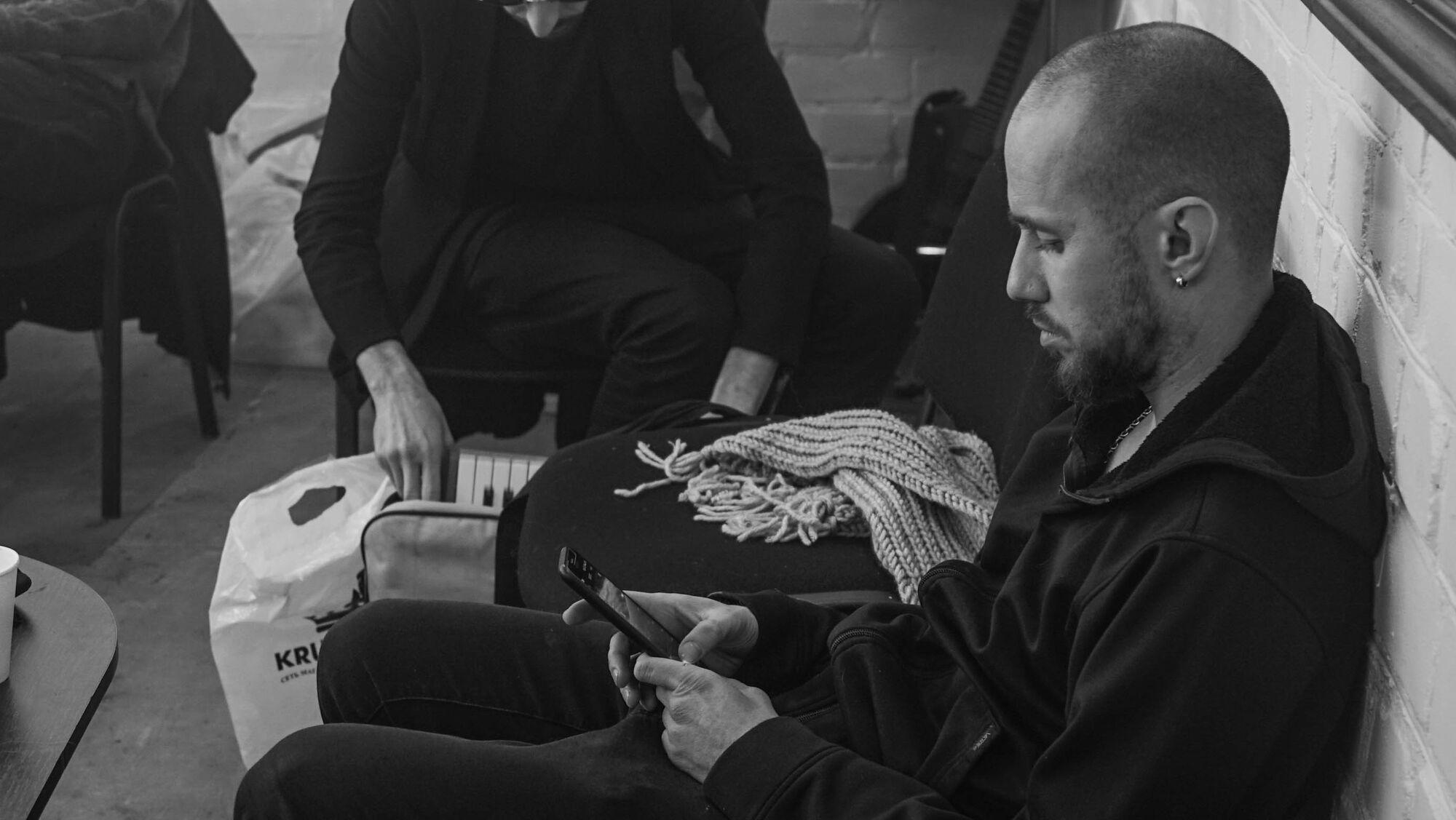 Сыграют со светом: O.Torvald показали яркие фото со съемок нового клипа