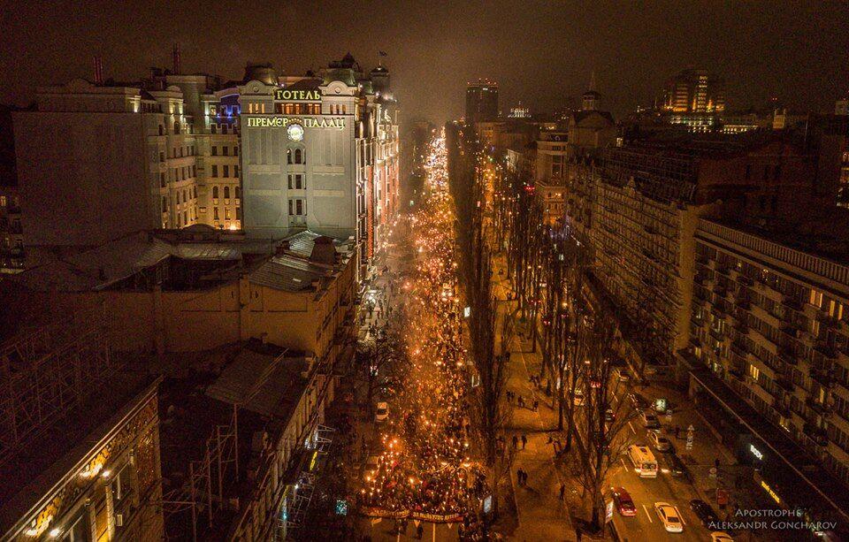 Марш на честь Бандери в Києві: з'явилися яскраві фото з дрона