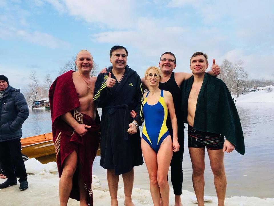 """""""Хоть бы свитер снял мохеровый!"""" В сети высмеяли купание Саакашвили"""