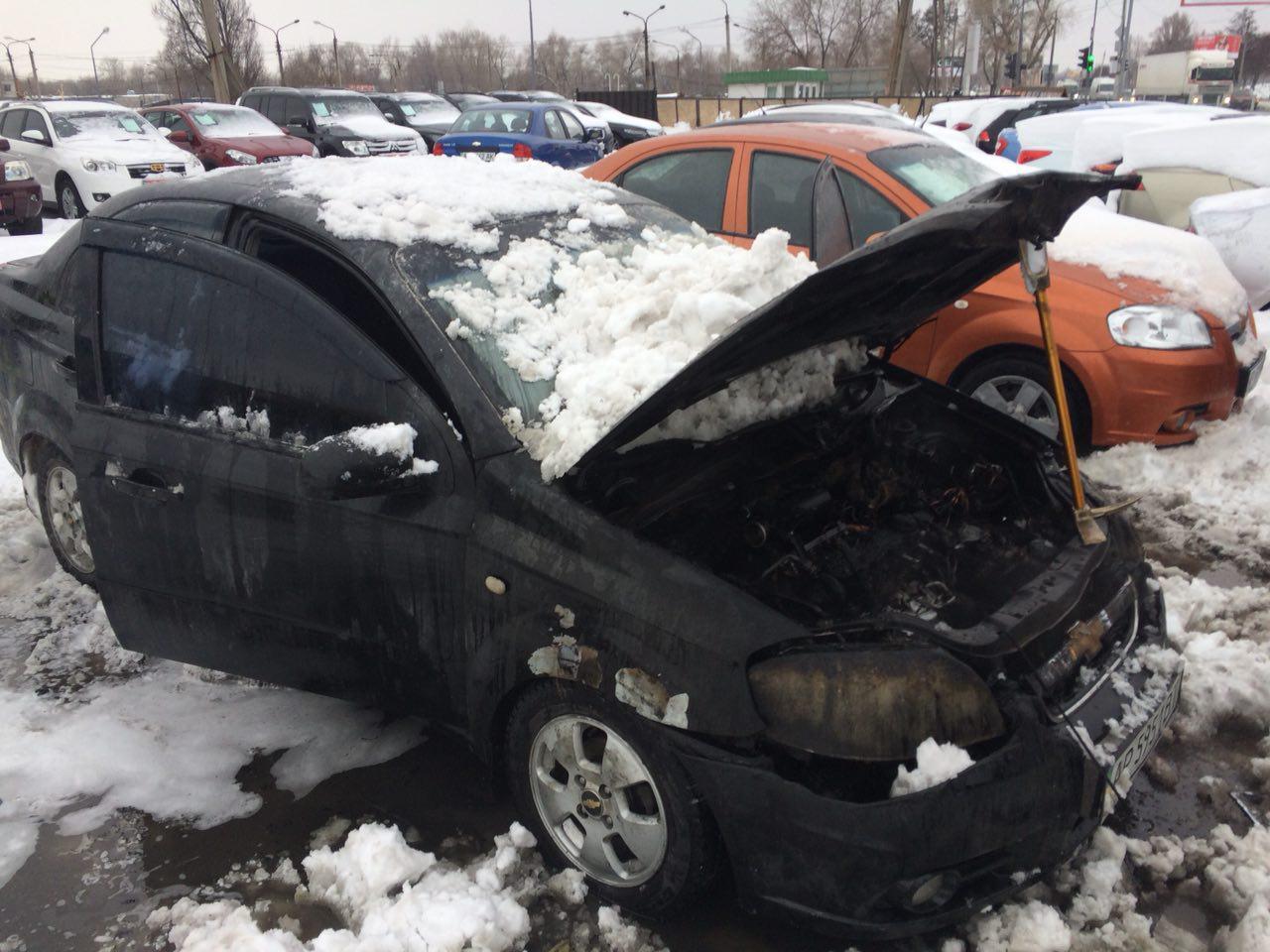 В Запорожье днем на автостоянке произошел пожар