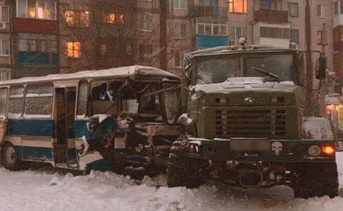 На Донбасі сталася масштабна ДТП із військовими та шахтарями