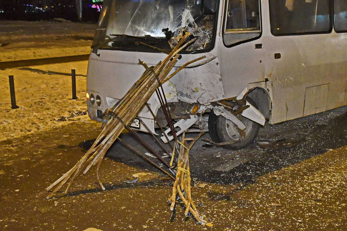 В Киеве водитель маршрутки устроил ДТП и выгнал на мороз пассажиров