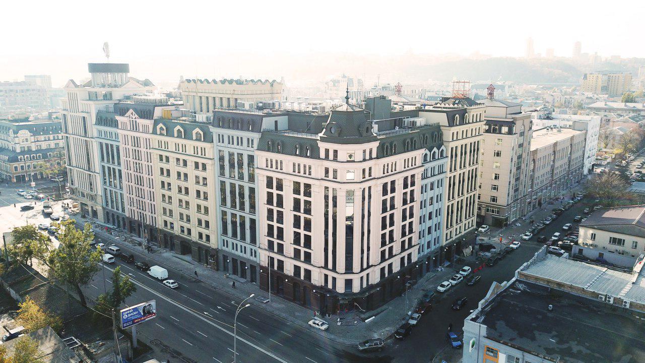 """Босиком по газонам: скандал с """"варварством"""" в центре Киева получил продолжение"""