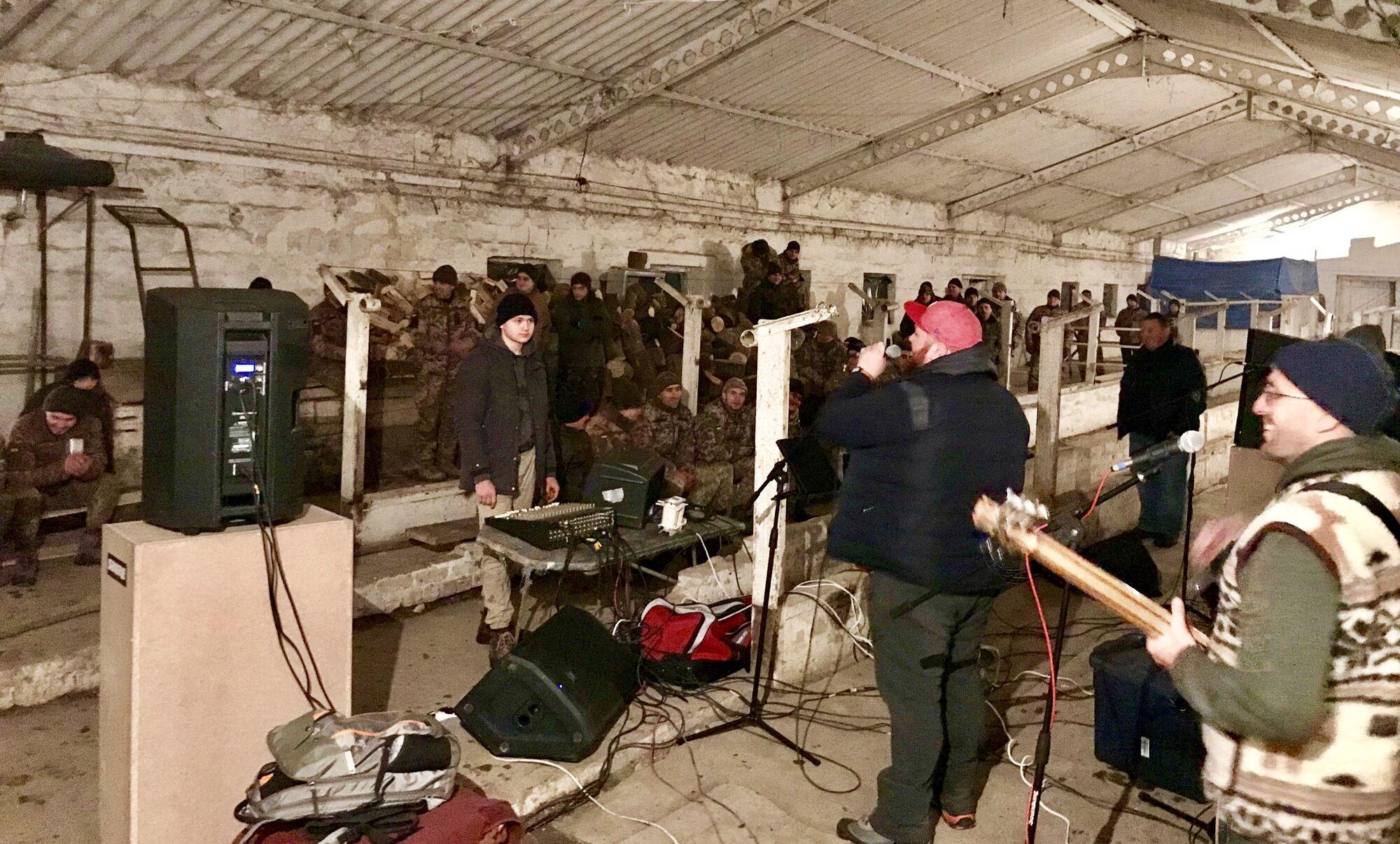 """Увидев колонну с """"грузом 200"""", уже четыре года ездим на Донбасс – музыканты из США"""