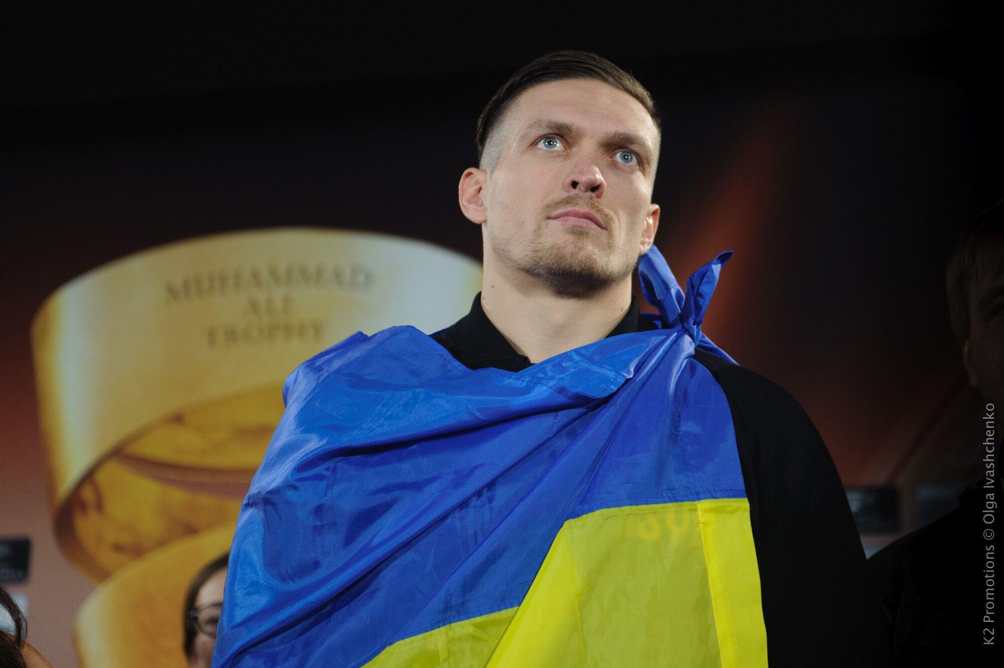 Патриот! Усик с флагом Украины выиграл взвешивание у Бриедиса